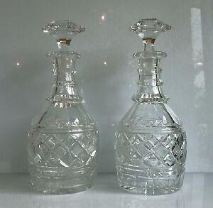 Paire de carafes BACCARAT en cristal taillé - Ht 27 cm - Epoque Napoléon III - France - Paire de carafes de la cristallerie de Baccarat en cristal taillé, avec leur bouchon.Il s'agit du joli modle 'A l'espagnole ', répertorié dans les catalogues Baccarat du 19me sicle, l'époque Napoléon III.Chaque carafe se décompose en 3 part - France