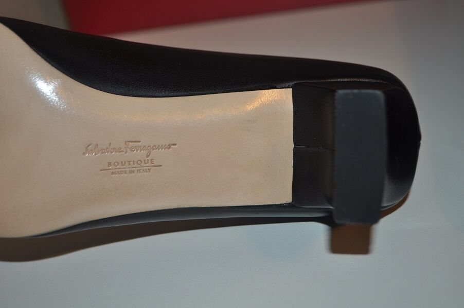 Zapato de tacón Bomba De Boutique Salvatore Ferragamo Puntera logotipo Puntera Ferragamo Negro Cuero Talla 8 de ancho 859893