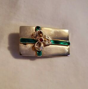 Vtg-CHRISTMAS-BROOCH-Pin-present-gift-box-goldtone-green-bow-traditional-signed