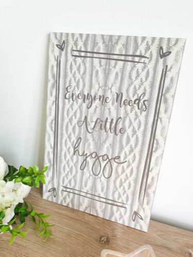 Gris//Taupe Shabby Chic Tout le monde a besoin d/'un peu HYGGE Plaque Hanging Wall Sign