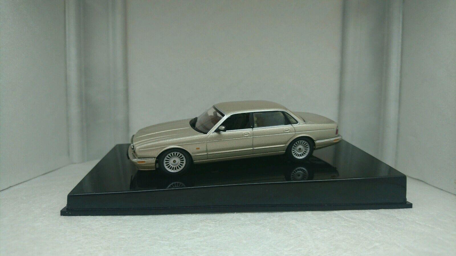 Sällsynt Autokonst 1 43 Jaguar XJR X308 1998 guldmetall