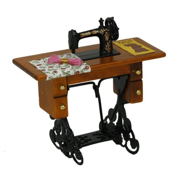 Weinlese Miniatur Puppenhaus Naehmaschine mit Stoff NEU IM KASTEN 1/12 Massst VG