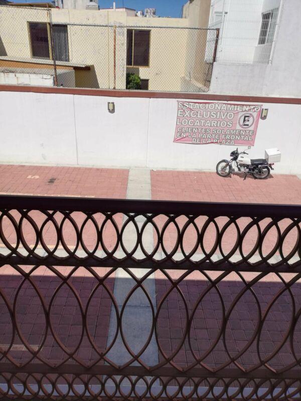 Renta de local comercial en plaza cerca de Los Arcos Querétaro