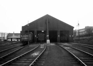 PHOTO-LOCO-SHED-LNER-SCARBOROUGH-FRONT-VIEW-OF-THE-SHED-WITH-LOCOS-IN-VIEW-IN-A