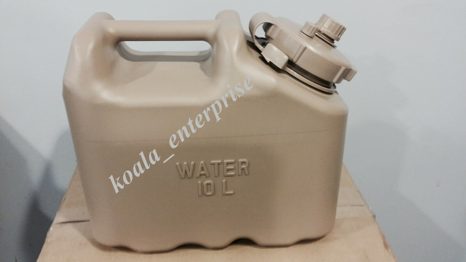 SCEPTER MILITARY WATER CAN 2 1/2 gallon Military Water can. Desert Sand Farbe