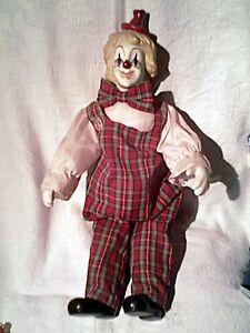 joli-clown-habille-porcelaine-assis-sur-presentoir-28-cm