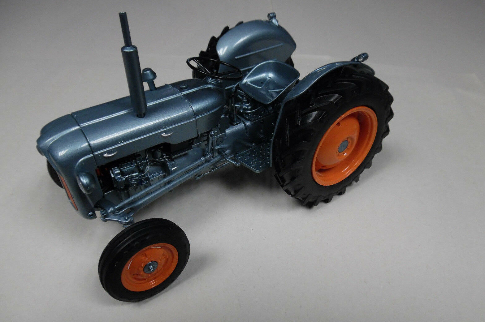 Universal Hobbies 1 16th Scale Tractor FORDSON DEXTA ( 1957 ) Launch Edition