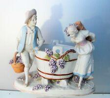Ancien groupe en biscuit polychrome Les vendanges