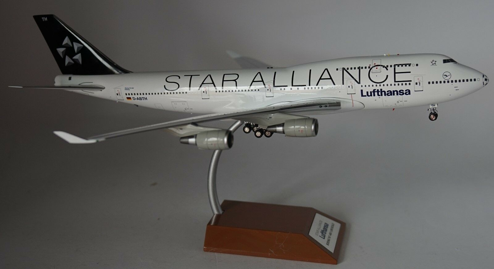 blueE BOX WBSAFOOTBALL Boeing 747-430(M) Lufthansa -Star Alliance D-ABTH in in 1 200