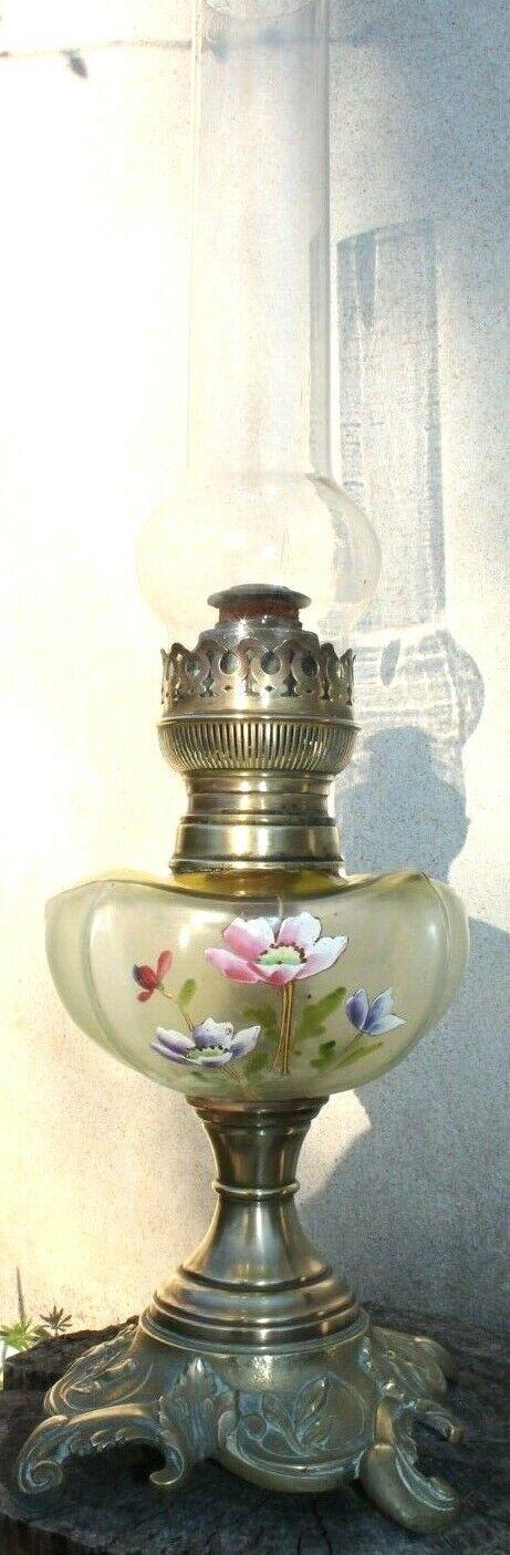 Imposante lampe a pétrole en bronze a décor de fleurs émaillées en reliefs