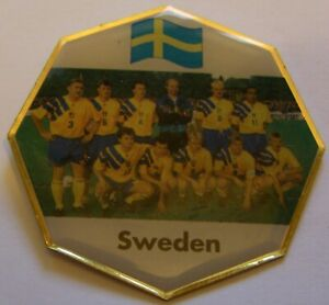 WORLD-CUP-94-USA-SOCCER-SWEDEN-TEAM-PICTURE-FIFA-FOOTBALL-vintage-pin-badge-Z8J