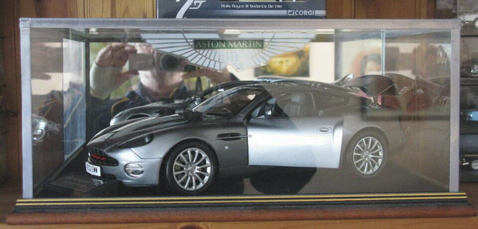 1 12 ASTON MARTIN VANQUISH OO7 JAMES BOND - GLASS DISPLAY CASE ONLY OR ANY ITEM