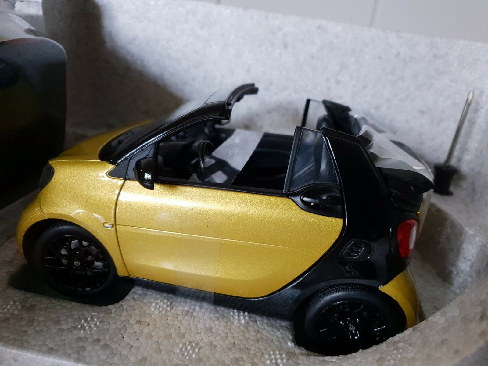 NOREV  -  SMART FORTWO CABRIO - - - METALIC YELLOW  - 1 18 SCALE MODEL- B6 696 0289 9f5afa
