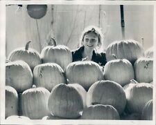 1972 Press Photo Geri Keller of Perth Amboy New Jersey With Pumpkins
