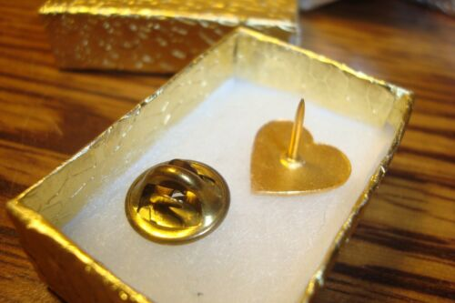 """Sweetheart /"""" WIFE /"""" Red Enameled GOLD tone Lapel Button Pin back W//Clutch"""