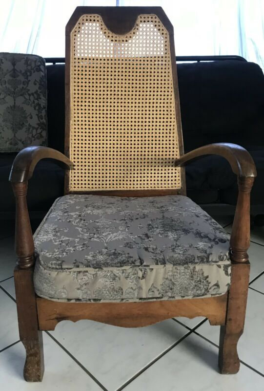 ANTIQUE SINGLE WOODEN CHAIR