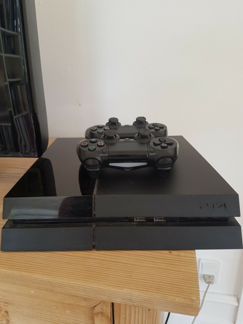 Playstation 4, God, Ps4 med 2 tilhørende controller,…