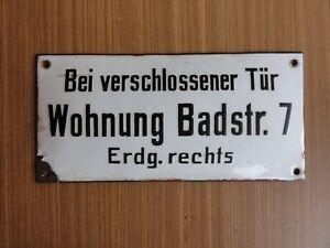 Altes-Emaile-Schild-Bei-verschlossener-Tuer-Wohnung-Badstrasse-7