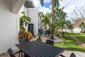 Hermosa villa de dos pisos a la venta en Playacar