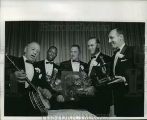 1966 Press Photo Charlie Grimm plays banjo with men looking on, Milwaukee.