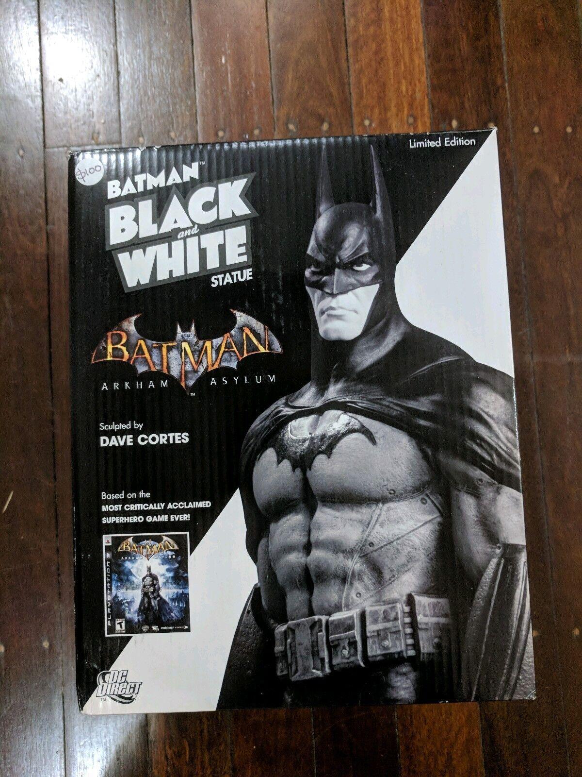 Estatua de blancoo y negro de Batman Arkham Asylum, Dave Cortes
