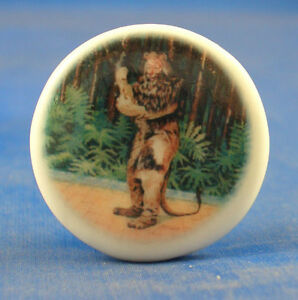 1-034-PORCELAIN-CHINA-BUTTON-WIZARD-OF-OZ-COWARDLY-LION