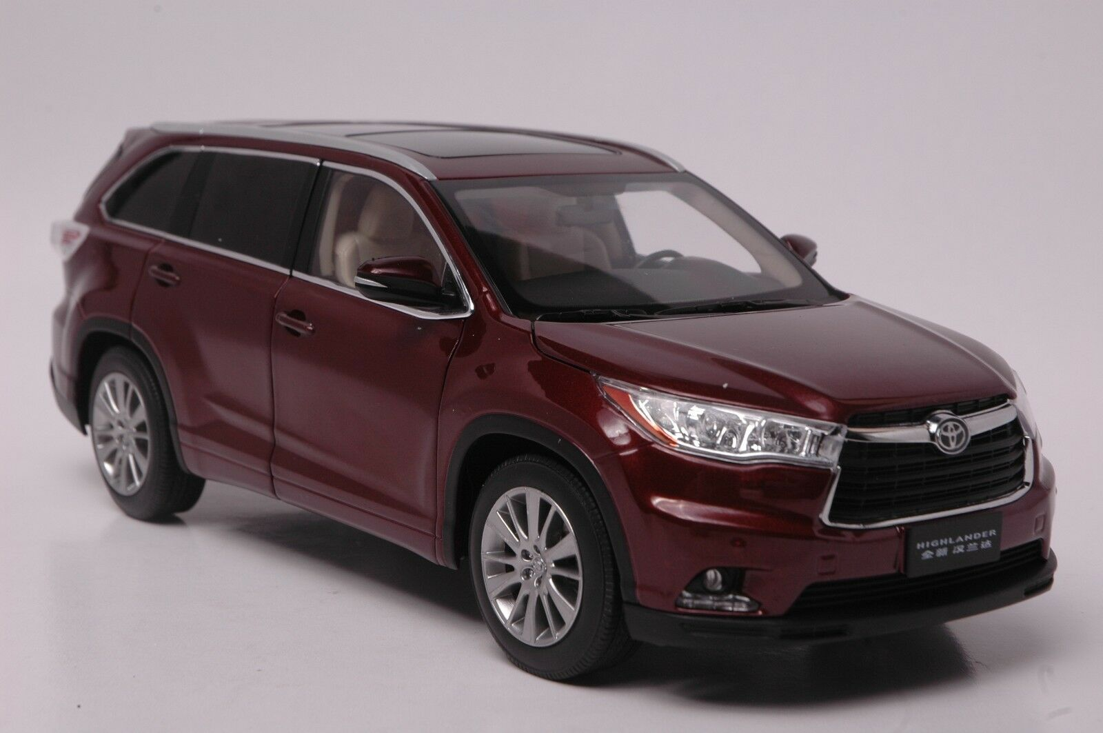 Toyota Highlander 2015 SUV model in scale 1 18 Red