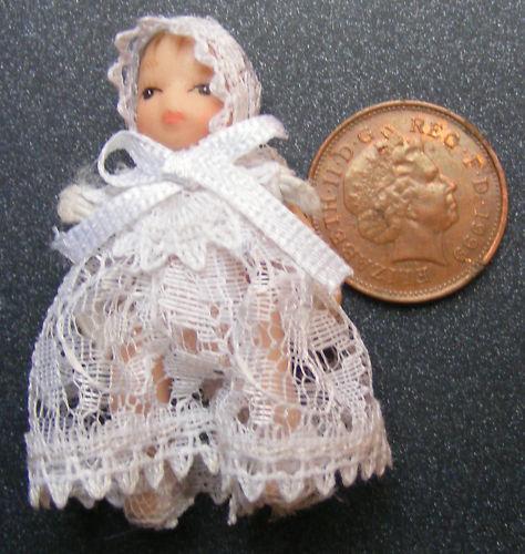 Échelle 1:12 Bébé en blanc vêtue tumdee Dolls House Miniature Nursery 158