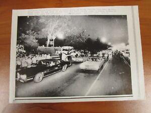Vtg-Wire-AP-Press-Photo-The-King-Elvis-Presley-Graceland-Mansion-Exterior-18