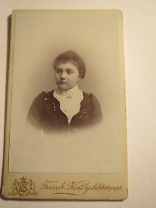 Zwickau-i-S-1899-junge-Frau-im-Kleid-Portrait-CDV