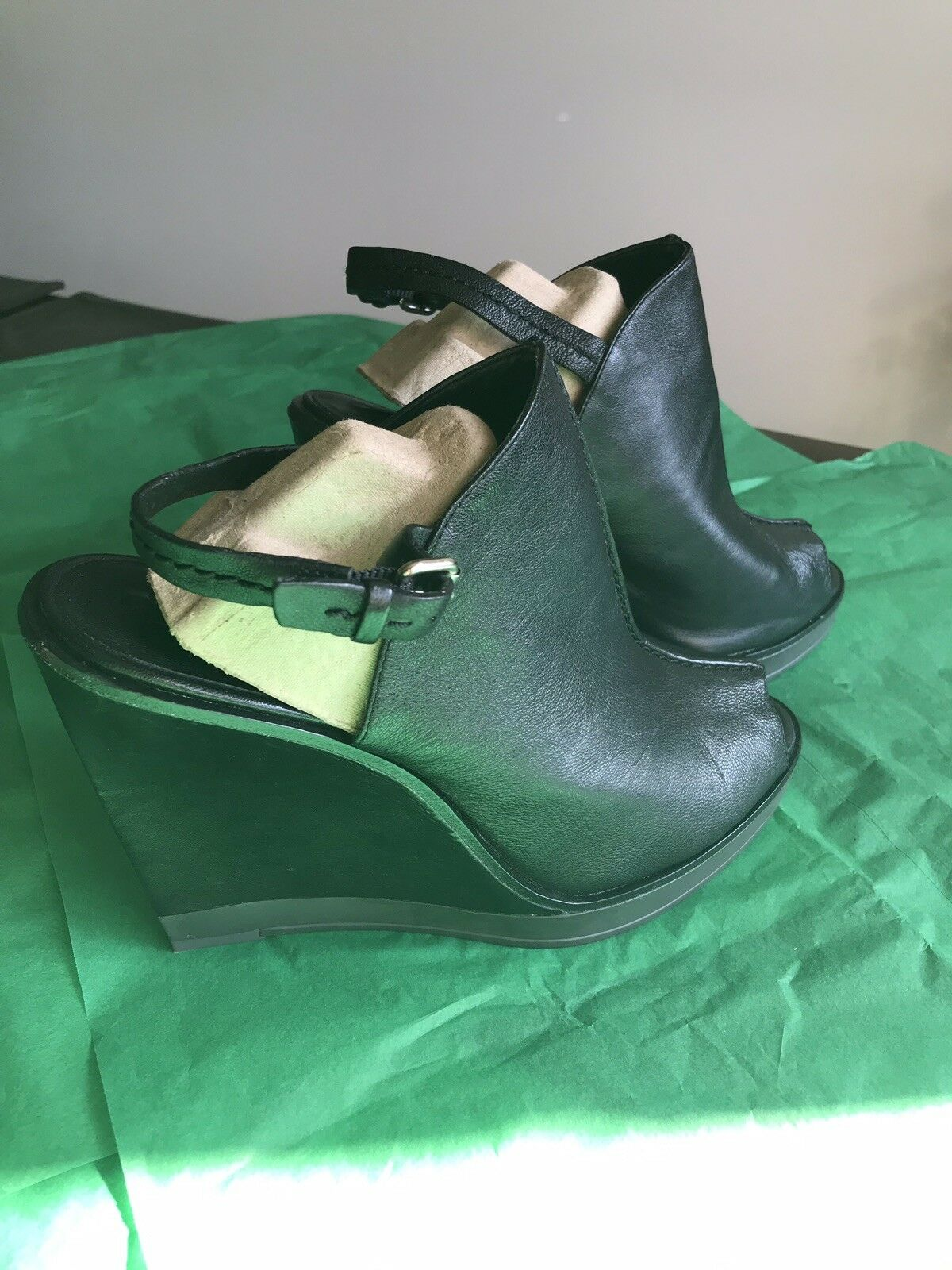 BCBG MAXAZRIA schwarz leather Wedge Heels Größe 9