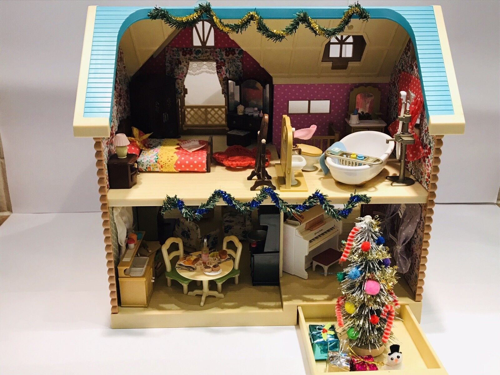 Beautiful sylvanian families larchwood lodge With Furniture And Cat Family