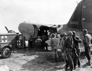 Details about Photo  WW2  Omaha Beach  Medics Helping American Casualties