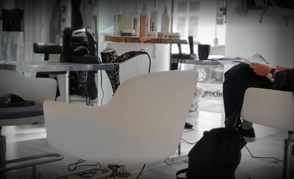 Frisør salon afståes med alt inventar