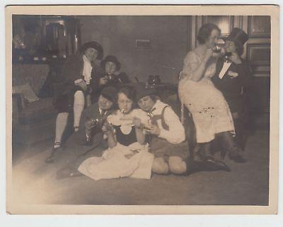 (f15876) Orig. Foto Personen In Verkleidung In Der Stube 1925