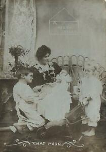 VINTAGE-REAL-PHOTO-GORGEOUS-FAMILY-MOTHER-amp-3-YOUNG-CHILDREN-POSTCARD-UNUSED