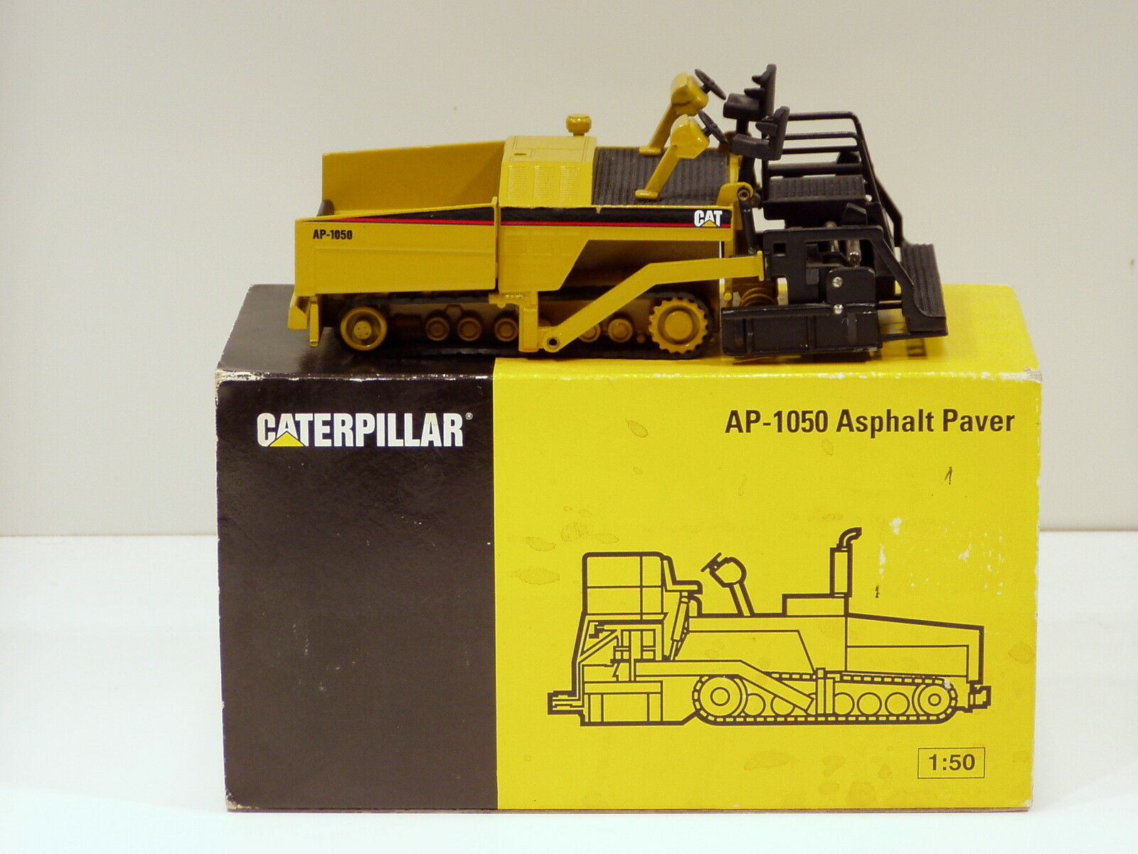 Caterpillar AP1050 Paver - 1 50 - NZG N.MIB