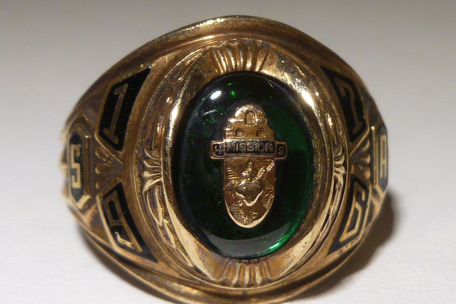 By Josten's H Missions S 10K gold Ring 1976 High School Green Stone Shield