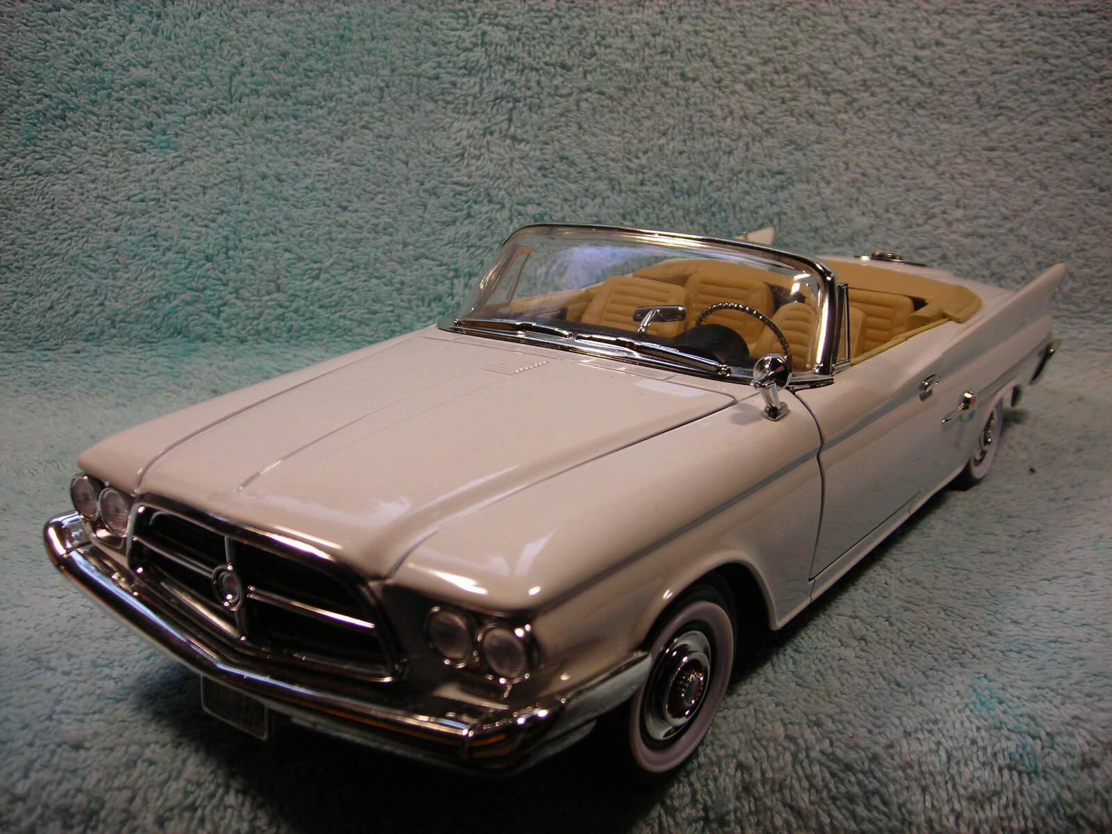 1 18SCALE DIECAST 1960 CHYSLER 300F CABRIOLET IN bianca BY ROAD SIGNATURE.