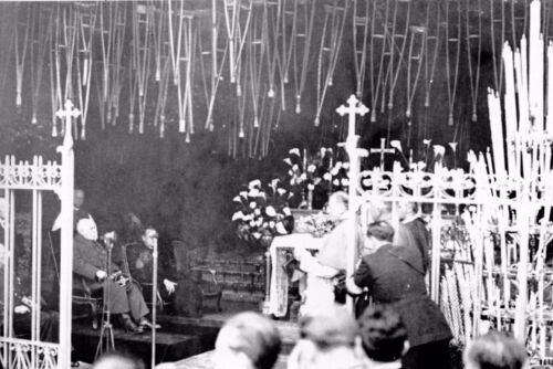 Le Maréchal Pétain prie à la Grotte de Lourdes en 1941 WW2