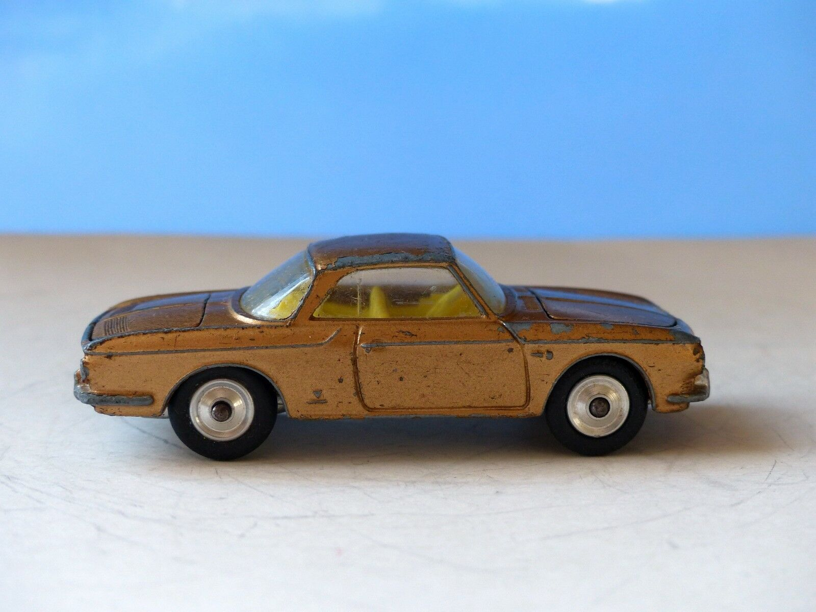 Corgi spielzeug 239 vw 1500 karmann ghia in Gold, gelbe innenausstattung