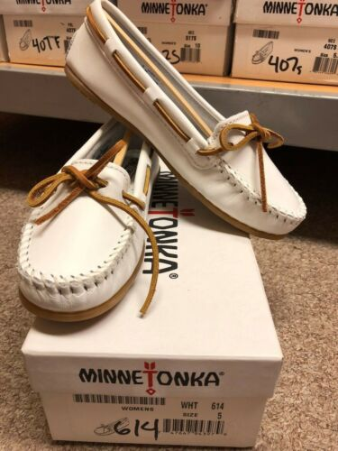 Minnetonka Woman/'s Comfortable Flat shoes in Various Colors and Sizes Leather