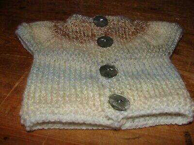 Acquista A Buon Mercato Hand Knitted Nuovo Di Zecca Bambino Beige Multi Top 12 Pollici 30.50cms Precoce Baby-