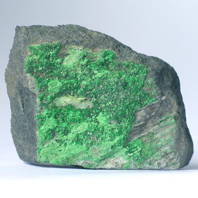 UWAROWIT Mineralienstufe  ~*~ Grüner GRANAT ca. 50 x 40 x 12mm Sarany Ural