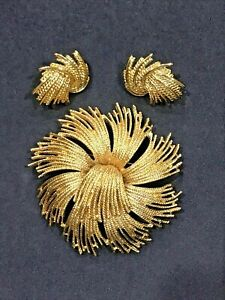 Vintage signed Monet pin and matching clip on earrings excellent condition