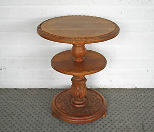 antiker kleiner runder tisch mit sch nen verzierungen aus eiche. Black Bedroom Furniture Sets. Home Design Ideas