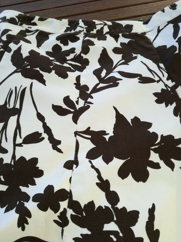 str. 46, H & M, Hvid med brune blomster