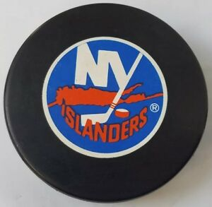 NY-ISLANDERS-ISLES-VINTAGE-NHL-TRENCH-MFG-OFFICIAL-VEGUM-SLOVAKIA-HOCKEY-PUCK
