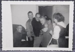 Vintage-Negro-amp-Blanco-Fotografia-594ms-Familia-amp-Hombre-Abrazo-Viejo-Woman