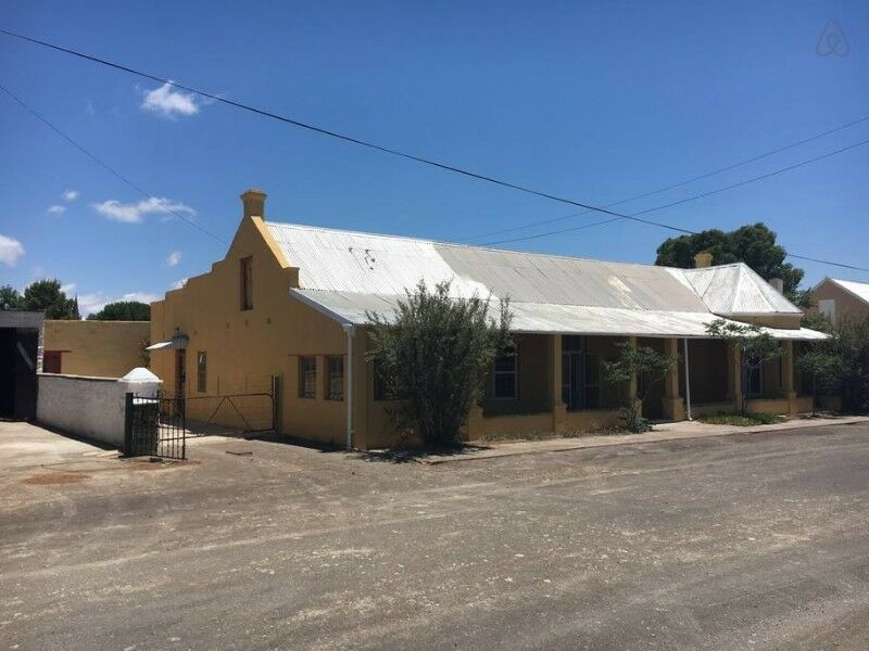 Karoo Victorian house with separate cottage on 3 erven with dam. Semi-furnished.